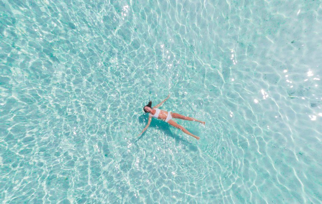 Frau schwimmt erleichtert